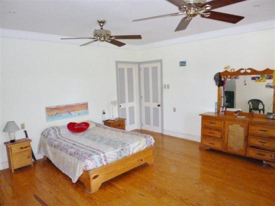 chambre des proprietaires avec grand dressing et salle de bain prives